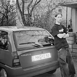 Maximilian am Auto